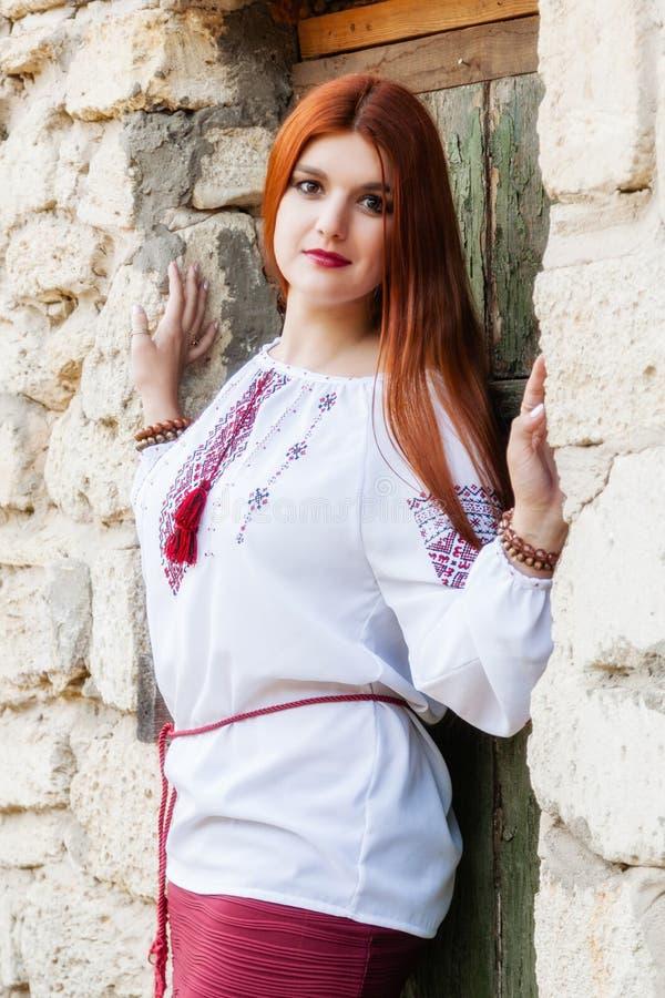 Härlig flicka i broderad och röd kjol för ukrainare royaltyfri bild