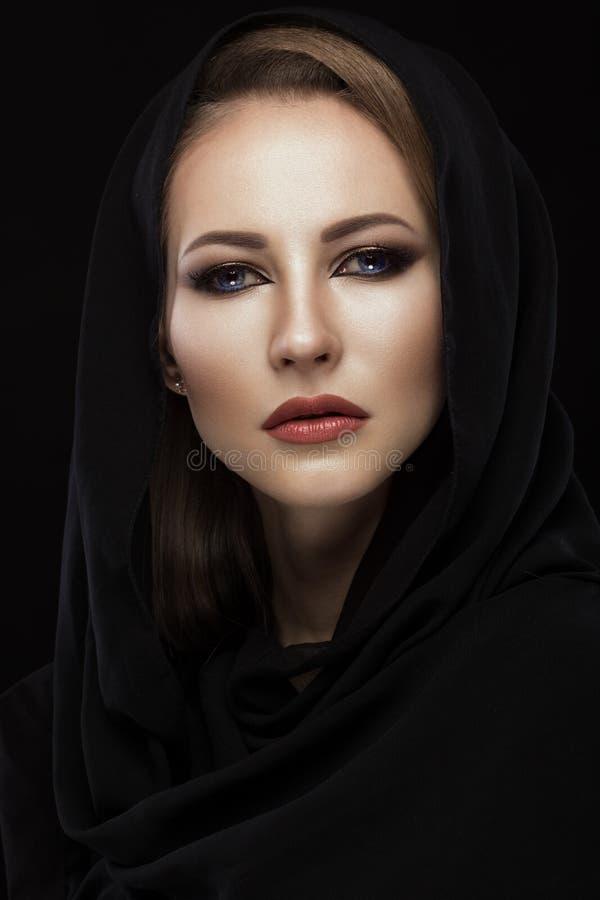 Härlig flicka i den arabiska halsduken med orientaliskt smink Härlig le flicka royaltyfria bilder