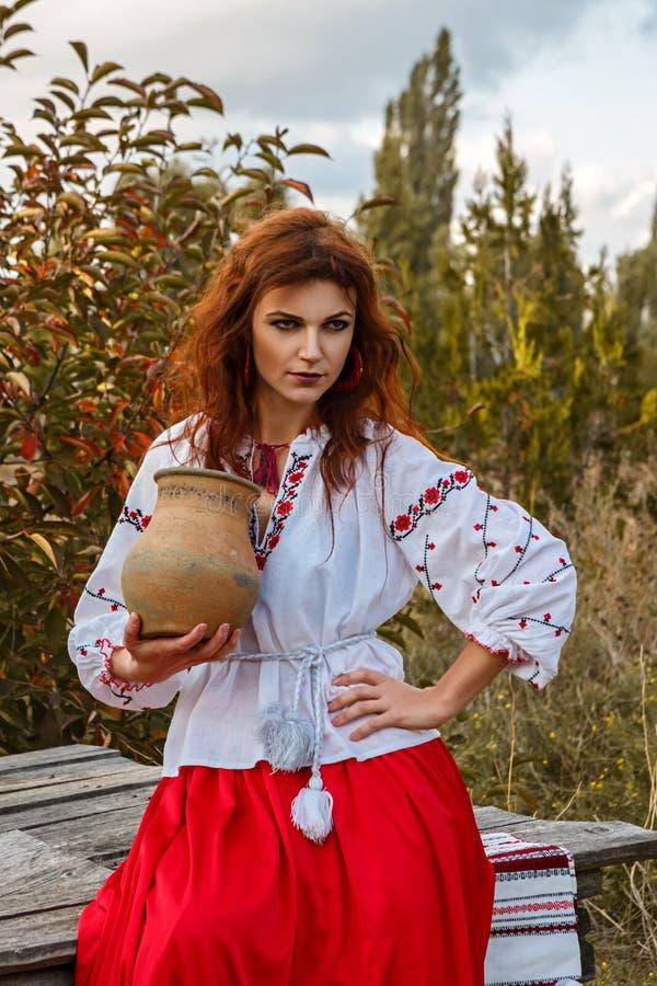 Härlig flicka i den nationella slaviska dräkten royaltyfri fotografi