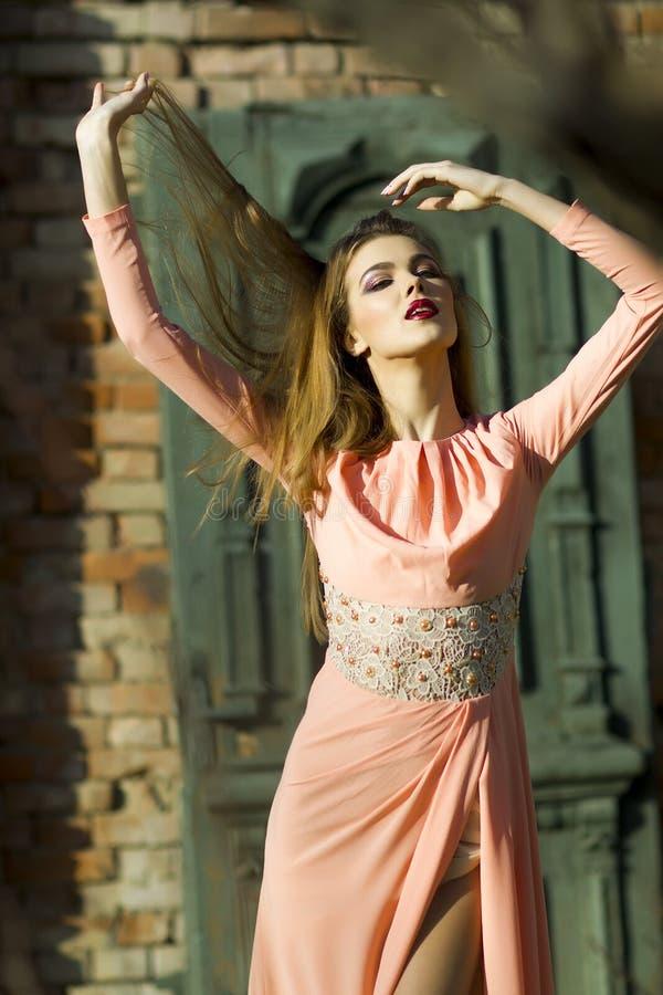 Härlig flicka i den utomhus- klänningen royaltyfri fotografi