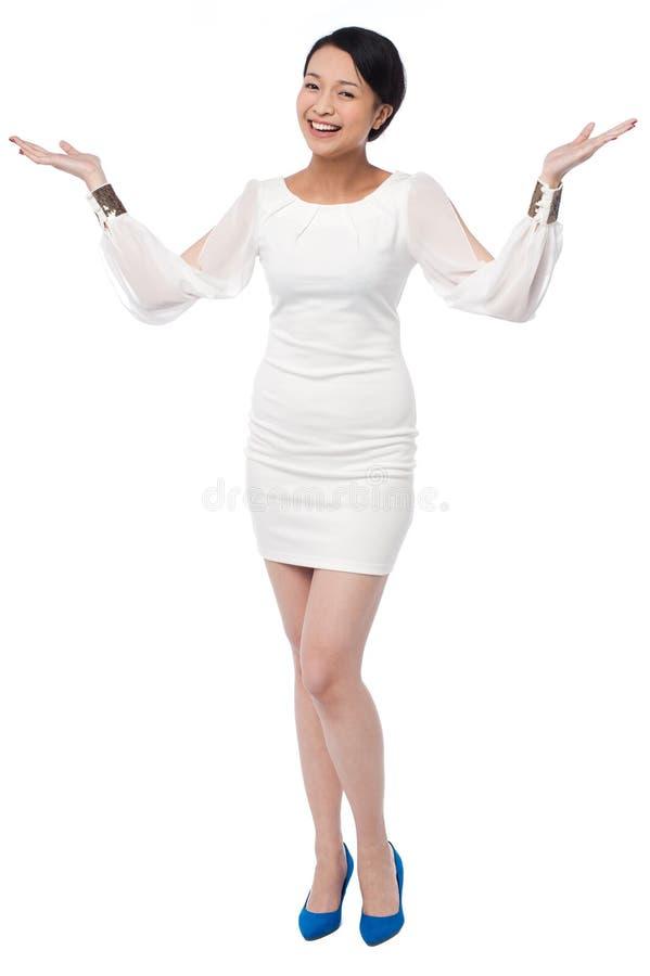 Härlig flicka i den vita klänningen med öppna händer fotografering för bildbyråer