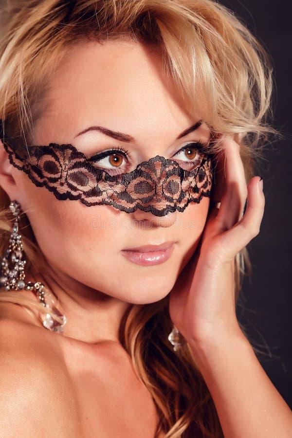 Härlig flicka i en maskering den blåa brunettjulen eyes skjutit tema för kvinnlig ståenden royaltyfri foto