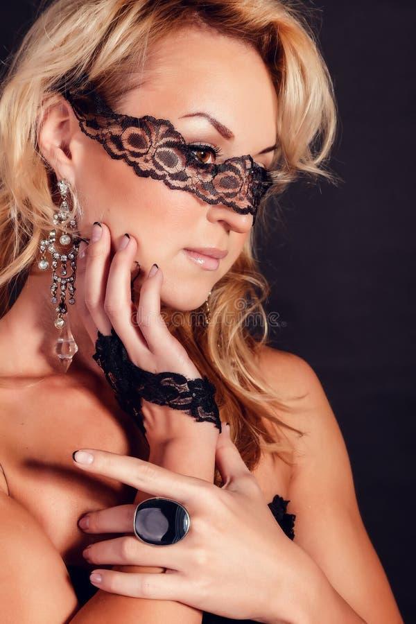 Härlig flicka i en maskering den blåa brunettjulen eyes skjutit tema för kvinnlig ståenden fotografering för bildbyråer