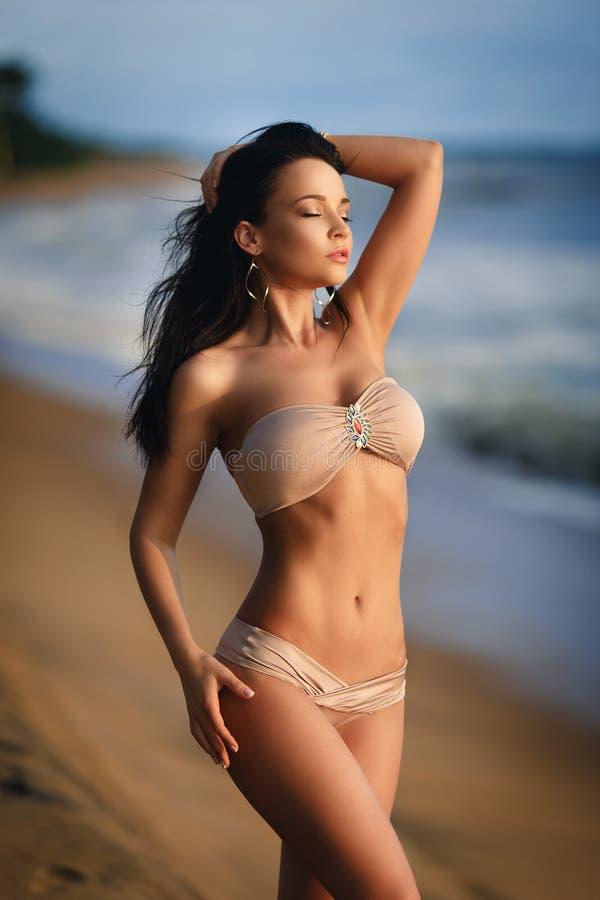 Härlig flicka i en sexig bikini på stranden royaltyfria bilder