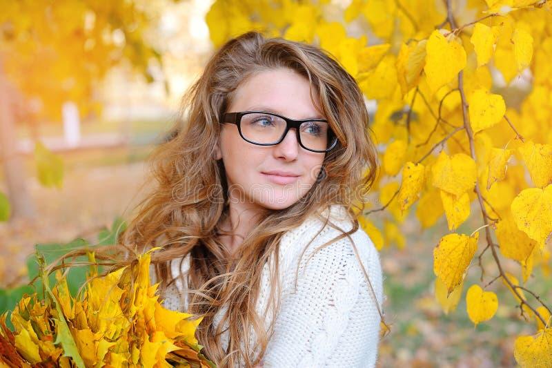 Härlig flicka i hösten av exponeringsglas för vision arkivfoto