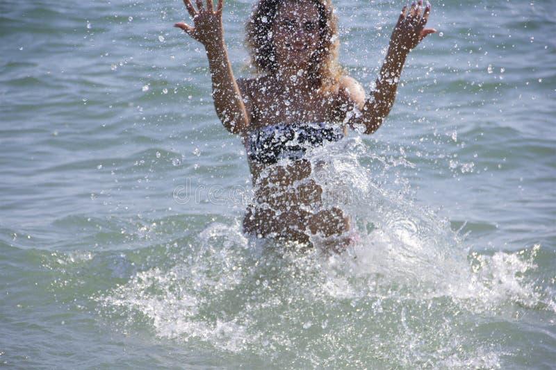 Härlig flicka i havssprejen arkivbilder