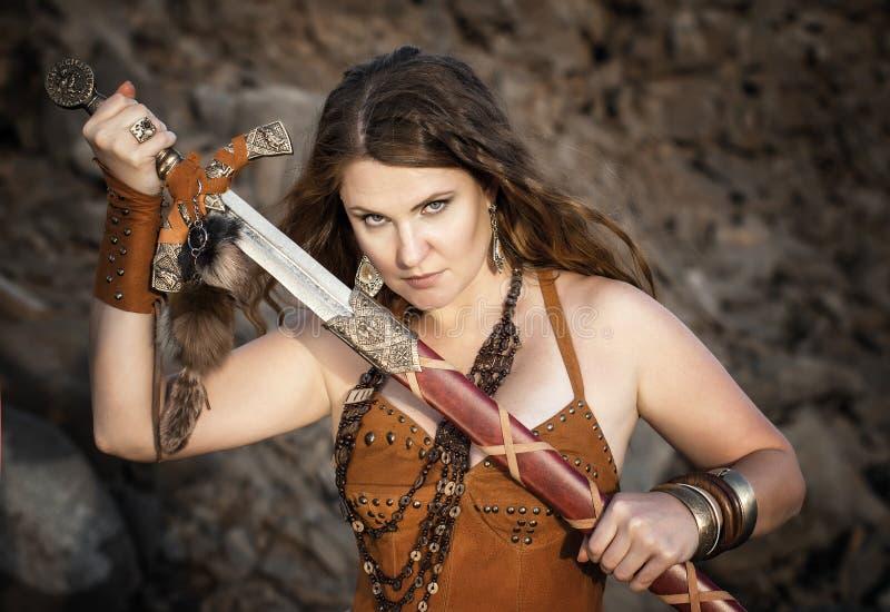 Härlig flicka i kläderna av en Viking arkivbild