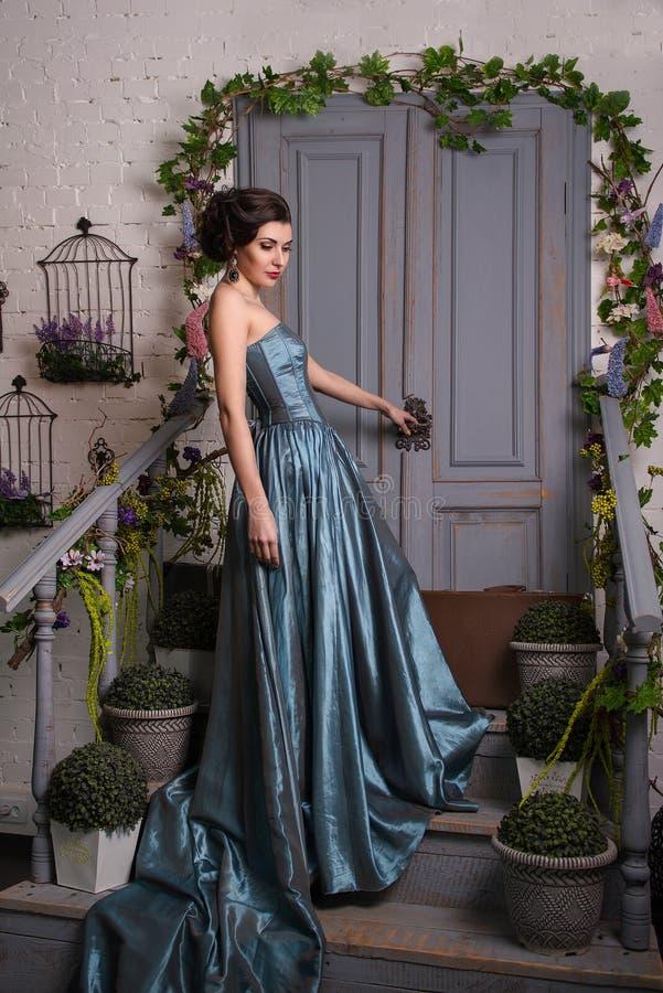 Härlig flicka i klänning arkivfoton