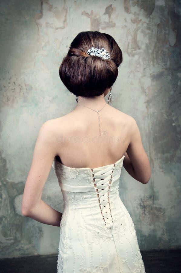 Härlig flicka i klänningen av bruden arkivbilder