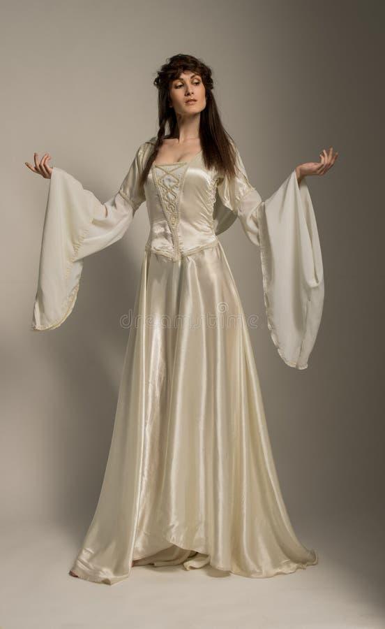 Härlig flicka i medeltida härlig klänning arkivbilder