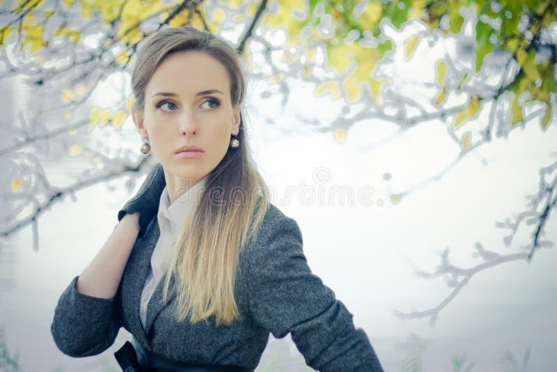 Härlig flicka i parken fotografering för bildbyråer