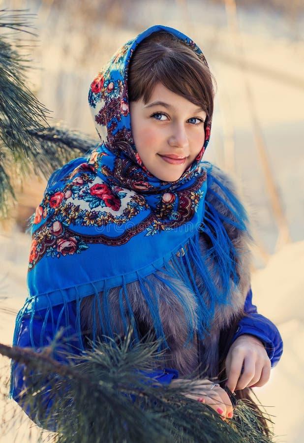 Härlig flicka i rysk folk sjal arkivbild