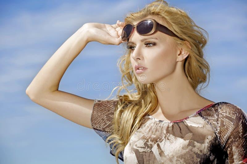 Härlig flicka i solglasögon royaltyfria foton