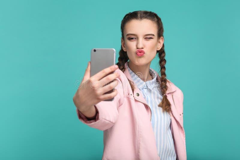 Härlig flicka i tillfällig eller hipsterstil, råttsvansfrisyr, st royaltyfria bilder