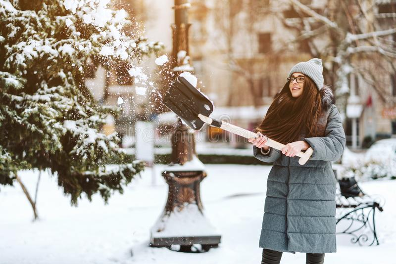 Härlig flicka i vintermodekläder med en skyffel fotografering för bildbyråer