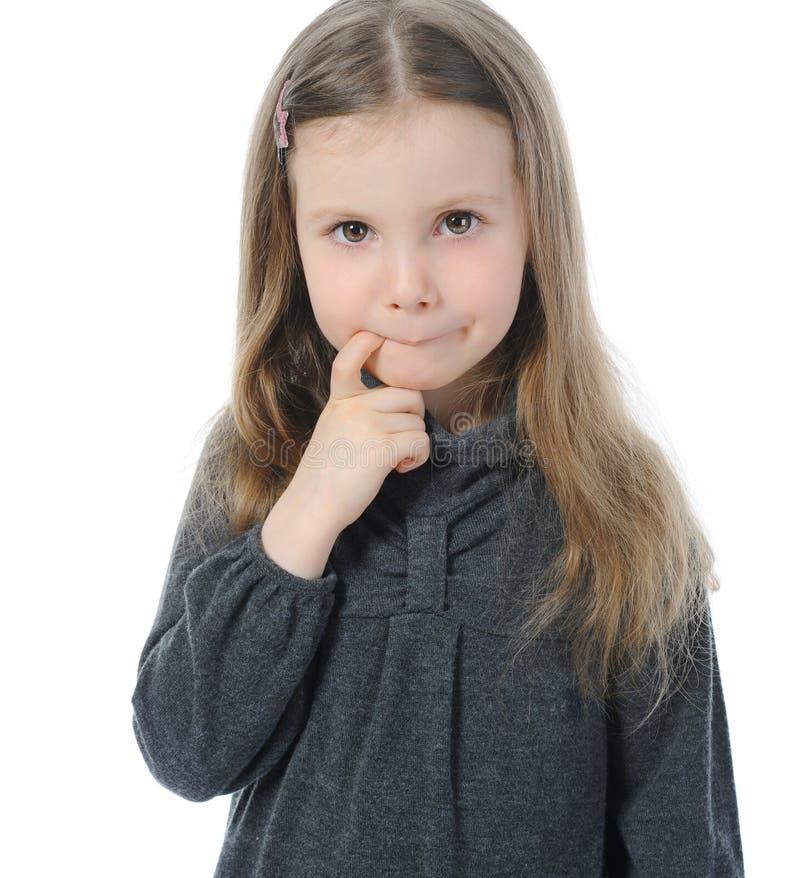 härlig flicka little eftertänksam stående arkivfoto