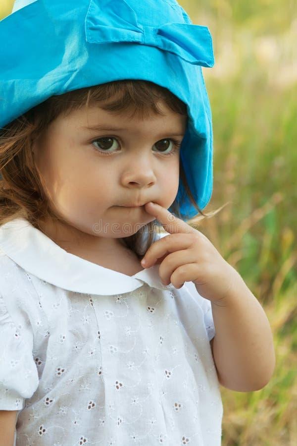 härlig flicka little fundersam stående fotografering för bildbyråer