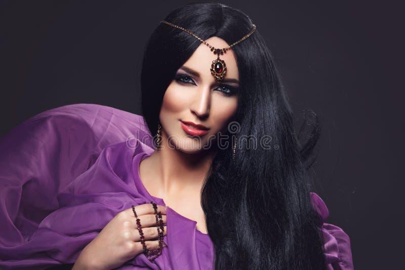 Härlig flicka med arabisk makeup royaltyfri bild