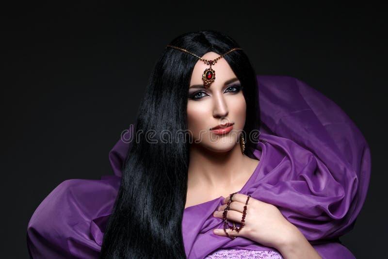 Härlig flicka med arabisk makeup royaltyfri foto