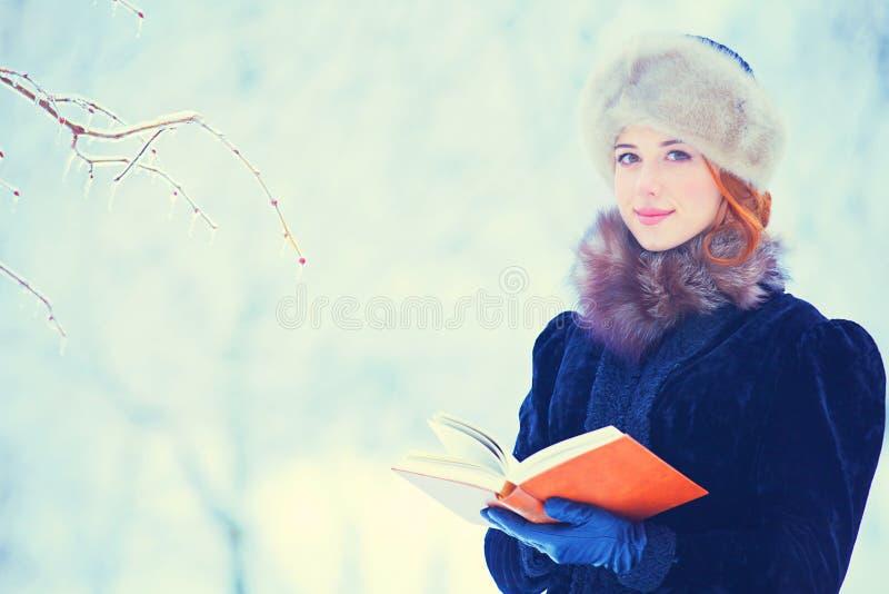 Härlig flicka med boken fotografering för bildbyråer