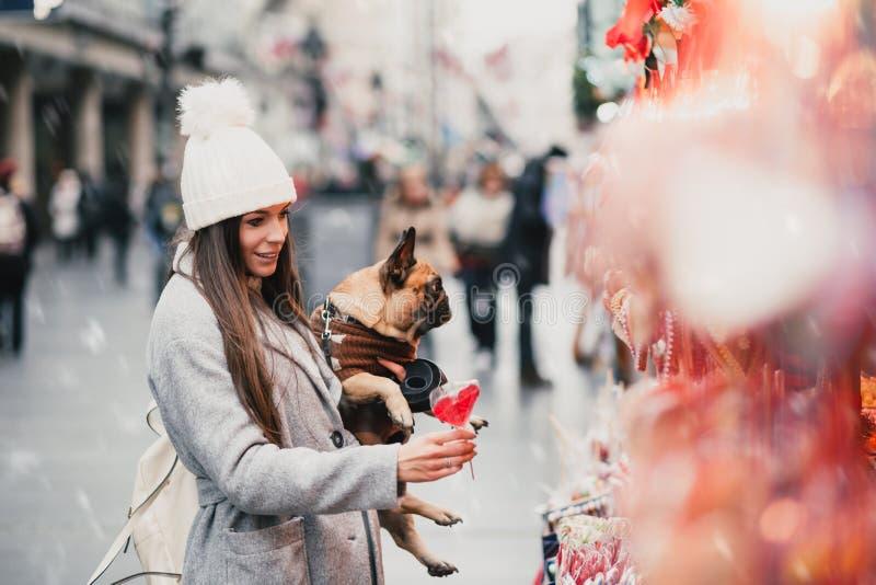 Härlig flicka med den franska bulldoggen royaltyfria foton