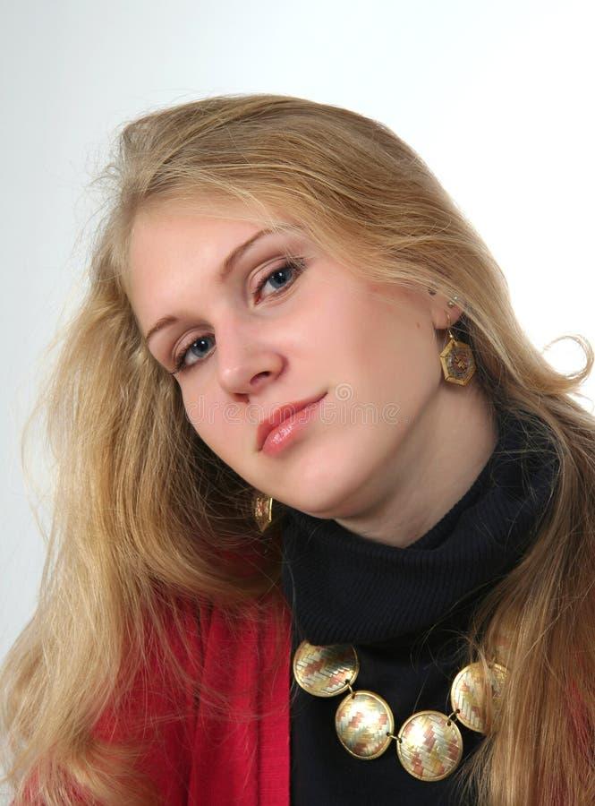 Härlig flicka med den guld- pärlan royaltyfria foton