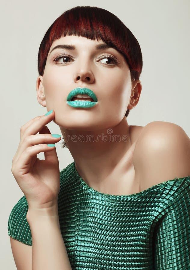 Härlig flicka med den ljusa makeup och frisyren, manikyr, tonin royaltyfria bilder