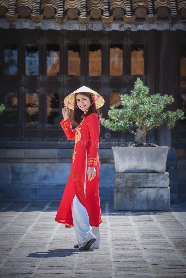 Härlig flicka med den traditionella klänningen för Vietnam kultur fotografering för bildbyråer