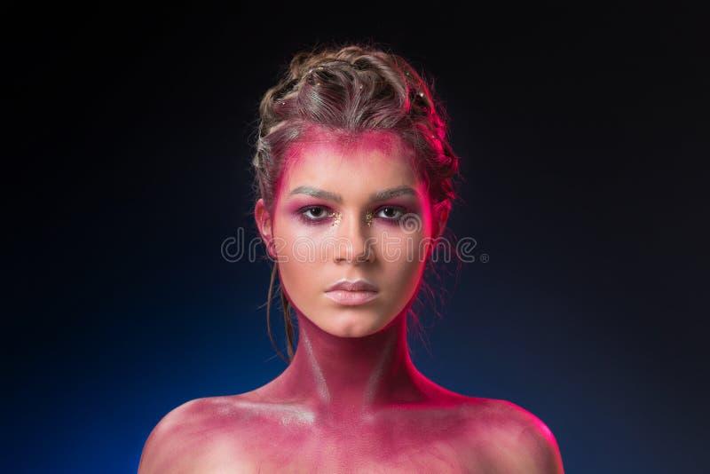 Härlig flicka med det idérika sminket, ovanligt smink royaltyfri fotografi