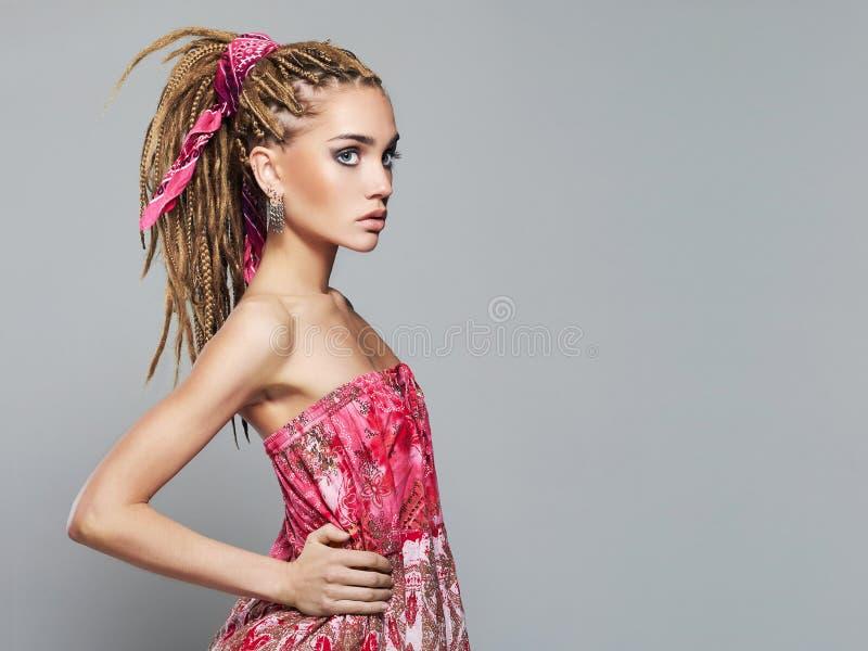 Härlig flicka med dreadlocksfrisyren arkivfoto