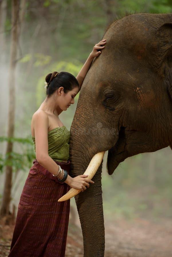 Härlig flicka med elefanten royaltyfria foton
