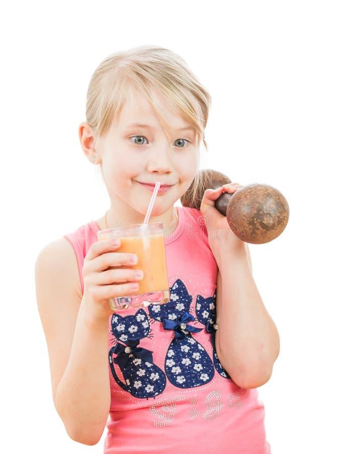 Härlig flicka med en hantel som dricker grapefruktsmoothien royaltyfria foton