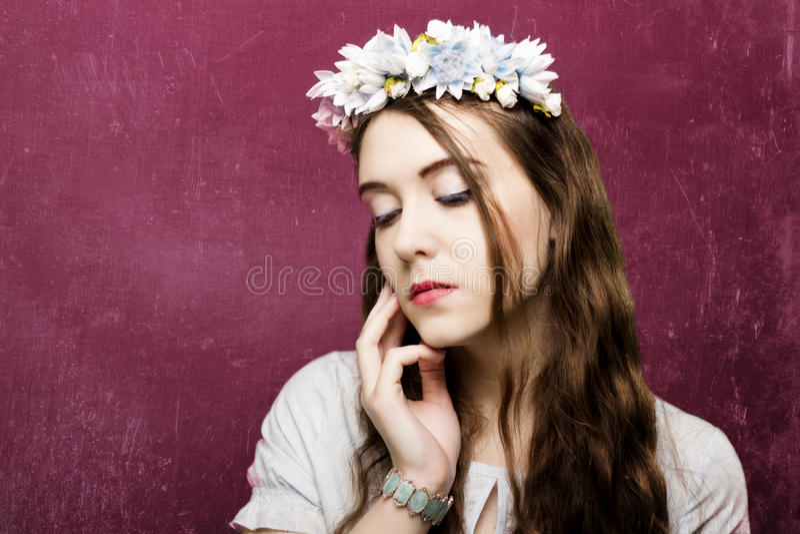 Härlig flicka med en krans av blommor royaltyfri fotografi