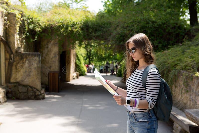 Härlig flicka med en pappers- översikt i parkera royaltyfria bilder