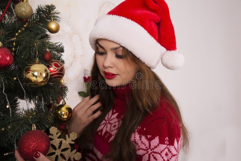 Härlig flicka med ett jullynne royaltyfria bilder