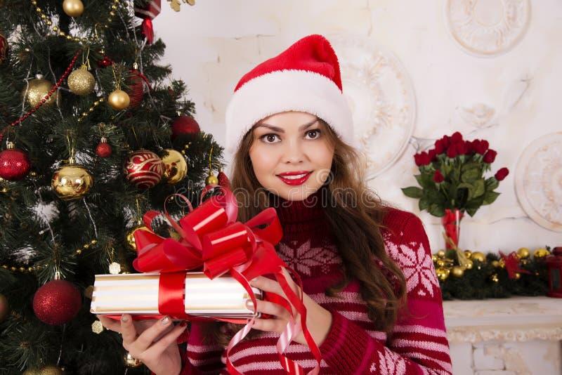 Härlig flicka med ett jullynne royaltyfria foton