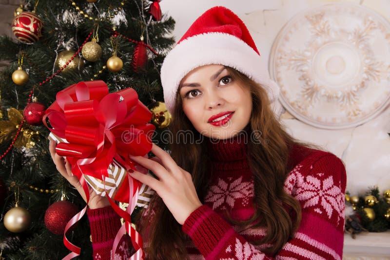 Härlig flicka med ett jullynne arkivbild