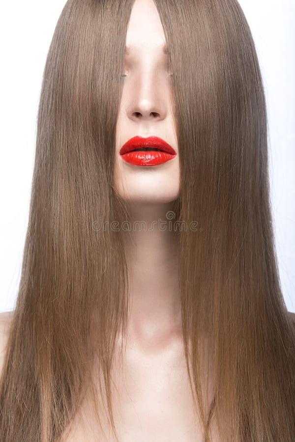 Härlig flicka med ett perfekt slätt hår och röda kanter Härlig le flicka royaltyfri fotografi