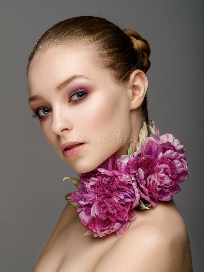Härlig flicka med färgrik ljus makeup, blommor Härlig le flicka royaltyfria foton
