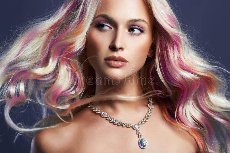 Härlig flicka med färgrikt hår och smycken royaltyfria foton