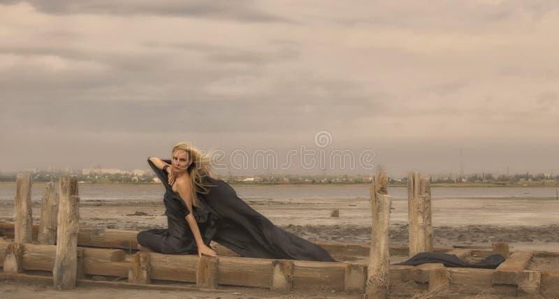 Härlig flicka med flyghår i klänning på naturen arkivbilder