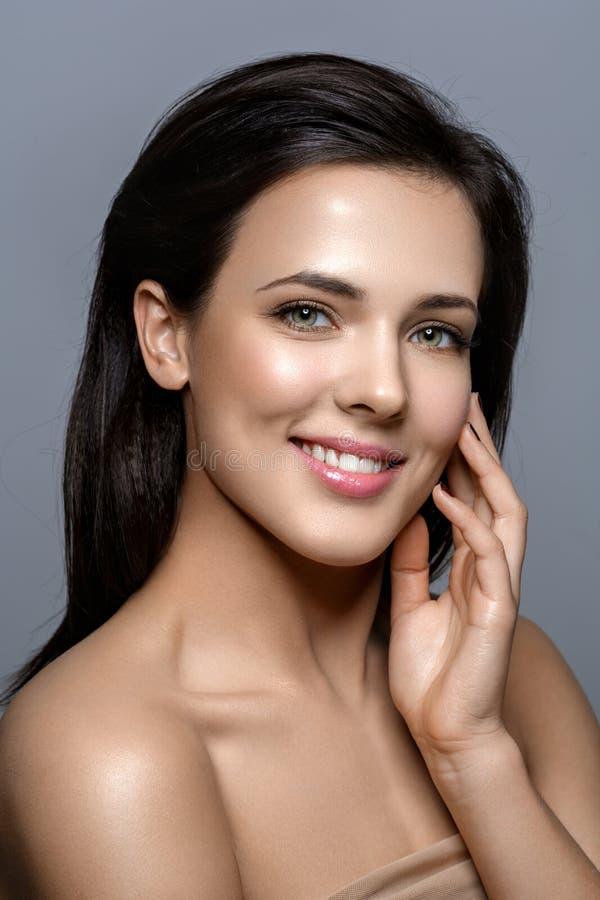 Härlig flicka med glödande hud arkivfoton