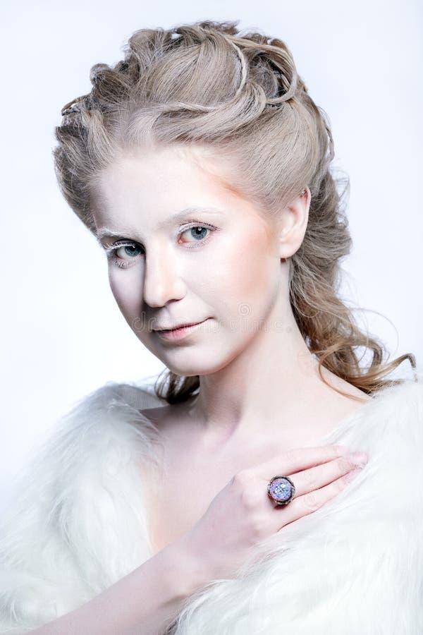 Härlig flicka med glamourjulmakeup royaltyfri fotografi