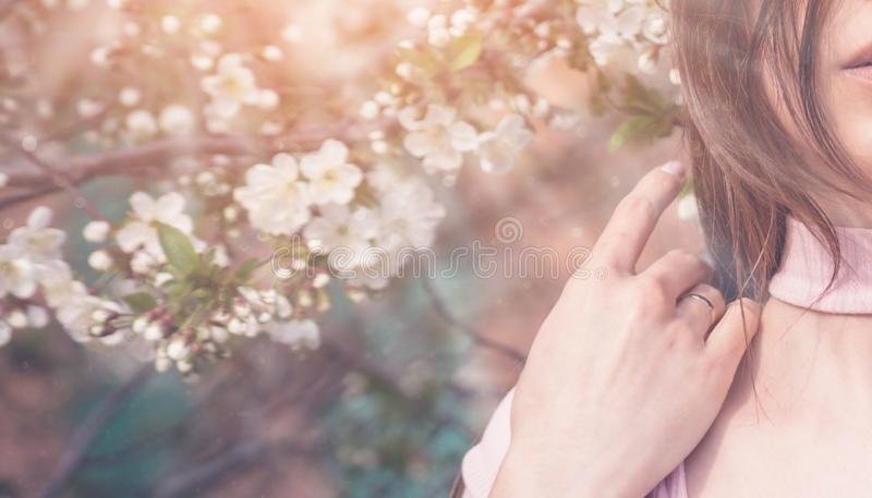 Härlig flicka med körsbärsröda blommor för vår, bakbelyst solsken royaltyfri fotografi