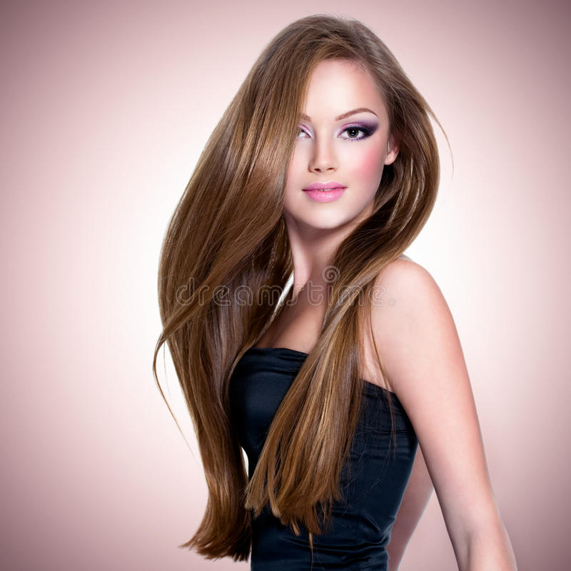 Härlig flicka med långt rakt hår royaltyfria foton