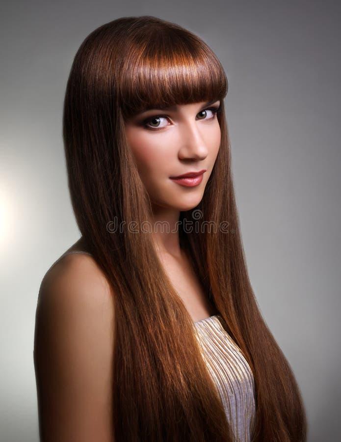 Härlig flicka med långt rakt hår fotografering för bildbyråer