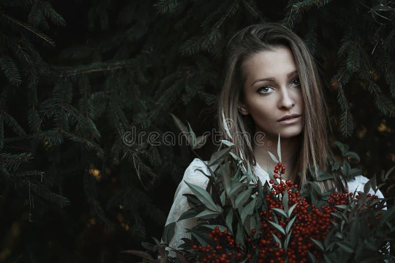 Härlig flicka med ledsen blick arkivfoton