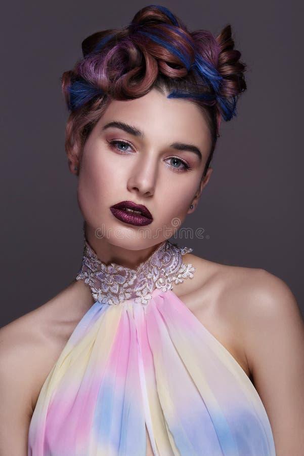 Härlig flicka med ljus idérik modemakeup och den färgrika frisyren Studiostående av skönhetframsidan arkivbild