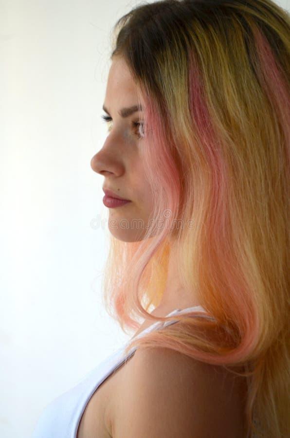 Härlig flicka med ljust långt hår, med rosa lås royaltyfri bild