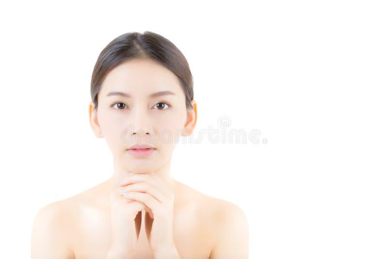Härlig flicka med makeup, kvinna- och hudomsorgbegrepp/den attraktiva asia flickan som smilling på den isolerade framsidan royaltyfria bilder